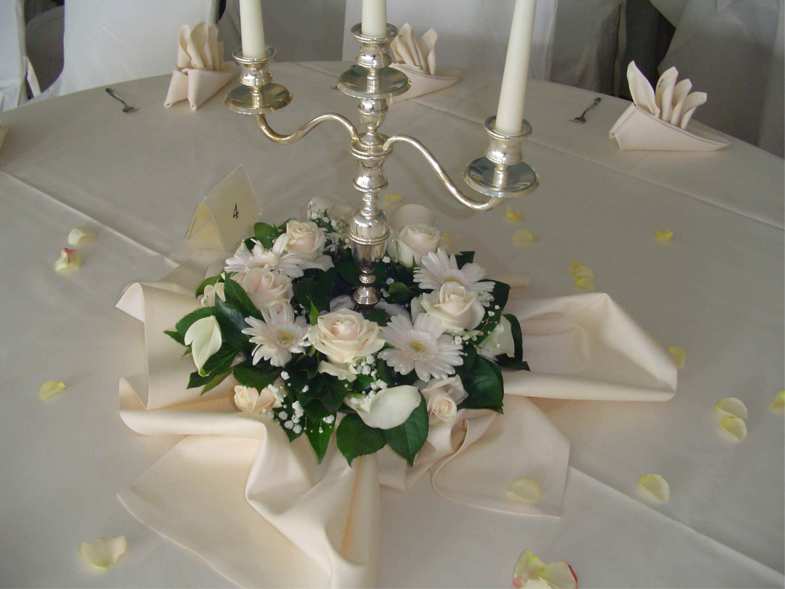 Tischdeko Hochzeit Runde Tische  blumenschmuck hochzeit kerzenständer runde tische Google
