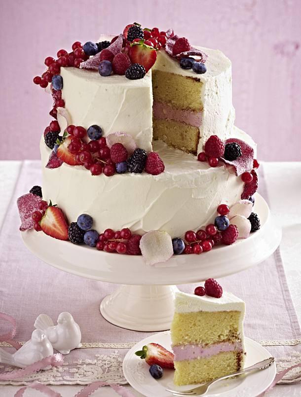 Torte Hochzeit  Hochzeitstorte mit Beeren Topping Rezept