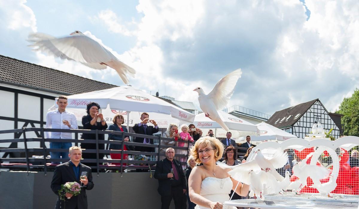 Weiße Tauben Hochzeit  Hochzeitstauben – Weiße Tauben zur Hochzeit fliegen lassen
